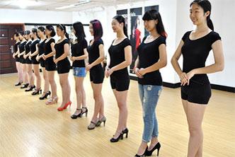 博雅长腿女模特PK笑星潘长江