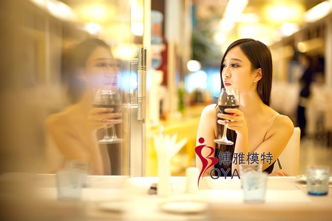 新浪微潮人,本期专访济南模特圈知名模特,博雅优秀学员徐海宁。专访内容是为了揭秘漂亮模特一天的时尚生活,主要从每天的化妆、穿衣,到休闲娱乐,包括日常饮食、健身等专访